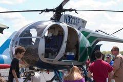 Muchedumbre alrededor del helicóptero Foto de archivo libre de regalías