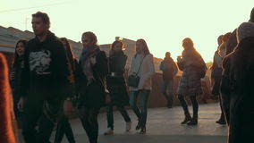 Muchedumbre anónima que camina en la puesta del sol, cámara lenta almacen de video