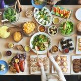 Muchedumbre bien escogida del brunch que cena las opciones de la comida que comen concepto Fotos de archivo libres de regalías