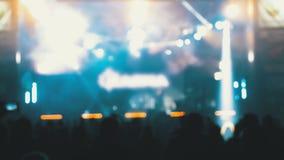 Muchedumbre borrosa del concierto en el festival de música Concierto de rock de baile de la gente de la muchedumbre almacen de video