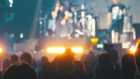 Muchedumbre borrosa del concierto en el festival de música Concierto de rock de baile de la gente de la muchedumbre metrajes