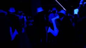 Muchedumbre brillante de baile, silhuette de los guantes de la banda de jazz - sombreros, instrumentos musicales metrajes