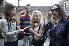 Muchedumbre de adolescencias asiáticas en Bricklane Imagenes de archivo