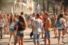 Muchedumbre de adolescentes en el festival de colores Fotografía de archivo