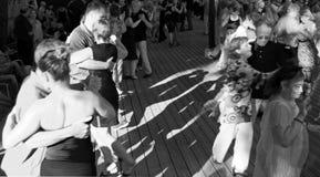 Muchedumbre de bailarines del tango Fotos de archivo libres de regalías