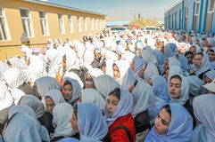 Muchedumbre de chicas jóvenes en Afganistán fotos de archivo libres de regalías