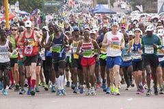 Muchedumbre de corredores que participan en camaradas Marathon foto de archivo