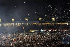 Muchedumbre de despedida de gente durante un concierto de David Guetta Foto de archivo libre de regalías