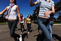 Muchedumbre de ejecutarse adolescente loco y feliz de las muchachas fotos de archivo libres de regalías