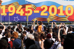 Muchedumbre de expedientes y de miradas de la gente en desfile Imagen de archivo