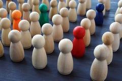 Muchedumbre de figuras coloreadas Búsqueda del reclutamiento y del talento Unicidad e individualidad foto de archivo libre de regalías