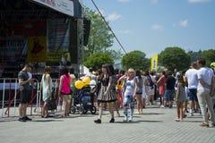 Muchedumbre de gente bajo etapa Fotografía de archivo