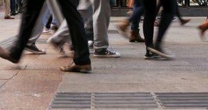 Muchedumbre de gente blured anónima que camina en la calle muy transitada