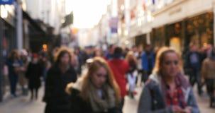 Muchedumbre de gente blured anónima que camina en la calle muy transitada almacen de metraje de vídeo