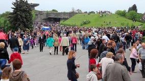 Muchedumbre de gente cerca de la llama eterna almacen de metraje de vídeo