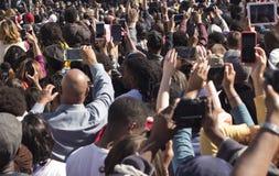 Muchedumbre de gente con las cámaras Foto de archivo libre de regalías