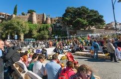 Muchedumbre de gente con las familias que se relajan en área del festival popular de la ciudad Imagenes de archivo
