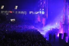 Muchedumbre de gente con las manos aumentadas en un concierto Fotografía de archivo libre de regalías