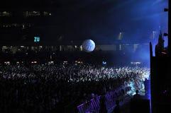 Muchedumbre de gente con las manos aumentadas en un concierto Fotos de archivo libres de regalías