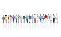 Muchedumbre de gente de pie en larga cola Imagenes de archivo