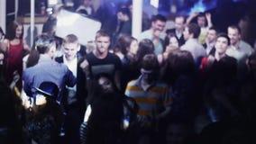 Muchedumbre de gente del baile en partido en club nocturno estroboscópico iluminaciones holidays metrajes