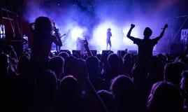 Muchedumbre de gente delante de la etapa en el concierto vivo Imagen de archivo libre de regalías