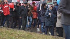 Muchedumbre de gente Después de que pueda el desfile dedicado a Victory Day en la guerra mundial Ii-Rusia Berezniki 9, 2018 metrajes