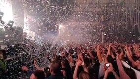 Muchedumbre de gente en el concierto de la música almacen de metraje de vídeo