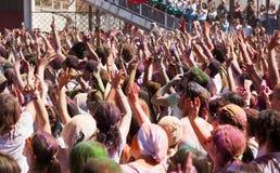 Muchedumbre de gente en el festival de los colores Holi imagen de archivo