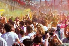 Muchedumbre de gente en el festival de los colores Holi Barcelona fotografía de archivo