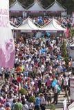 Muchedumbre de gente en el pueblo de la salud Imagenes de archivo
