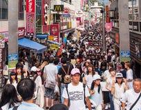 Muchedumbre de gente en la calle de las compras de Harajuku, Tokio, Japón Foto de archivo