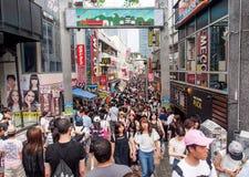 Muchedumbre de gente en la calle de las compras de Harajuku, Tokio, Japón Imagen de archivo libre de regalías