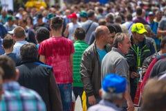Muchedumbre de gente en la 83.a feria agrícola tradicional en Novi Sa imagenes de archivo