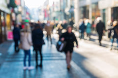Muchedumbre de gente en una calle de las compras Foto de archivo libre de regalías