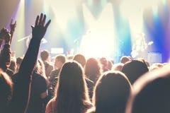 Muchedumbre de gente joven en concierto de rock foto de archivo