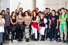 Muchedumbre de gente joven en línea Algunos con la cara pintada Fotografía de archivo