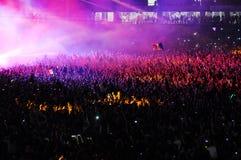 Muchedumbre de gente que aumenta sus manos en un concierto Fotografía de archivo libre de regalías