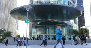 Muchedumbre de gente que camina delante de la torre de EDF en defensa del La metrajes