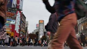 Muchedumbre de gente que camina en la calle de la travesía de Shibuya en Tokio, Japón metrajes