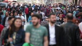 Muchedumbre de gente que camina las calles Estambul/Taksim/Istiklal/April/2016 almacen de video