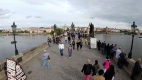 Muchedumbre de gente que camina a lo largo de Charles Bridge, Praga, República Checa Lapso de tiempo almacen de video