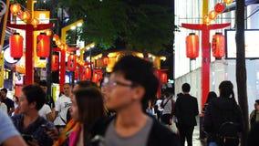 Muchedumbre de gente que camina y que hace compras en el mercado callejero de Ximending en la noche en Taipei, Taiwán almacen de metraje de vídeo