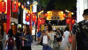 Muchedumbre de gente que camina y que hace compras en el mercado callejero de Ximending en la noche en Taipei, Taiwán metrajes