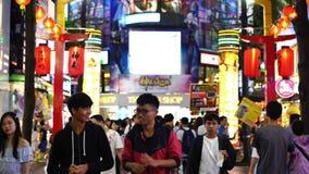 Muchedumbre de gente que camina y que hace compras en el mercado callejero de Ximending en la noche en Taipei, Taiwán almacen de video