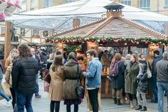 Muchedumbre de gente que goza en el mercado de la Navidad Foto de archivo libre de regalías