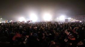 Muchedumbre de gente que protesta contra políticos corruptos del rumano almacen de metraje de vídeo