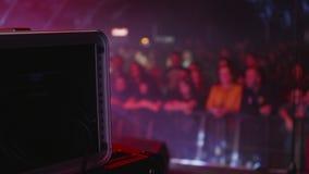 Muchedumbre de gente recolectada en un concierto en un festival de música metrajes