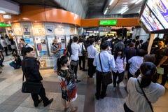 Muchedumbre de gente sobre hora punta en la estación de tren del BTS Mo Chit Imágenes de archivo libres de regalías