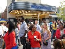 Muchedumbre de la calle de H en el teatro Imagenes de archivo